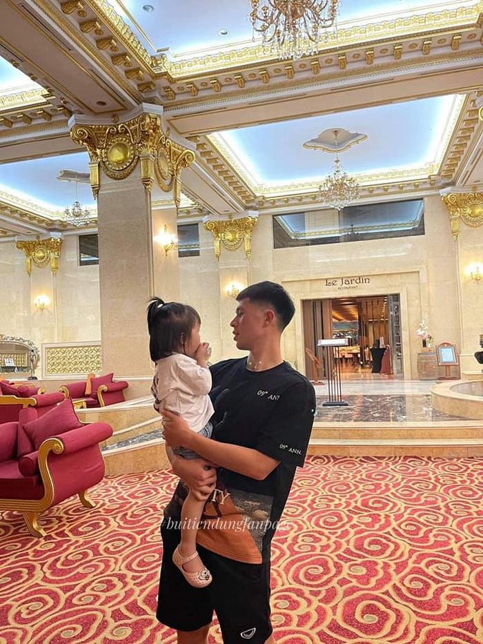 ĐT Việt Nam lên đường đấu Trung Quốc: Bùi Tiến Dũng được con gái đến thăm trước giờ khởi hành - Ảnh 1.