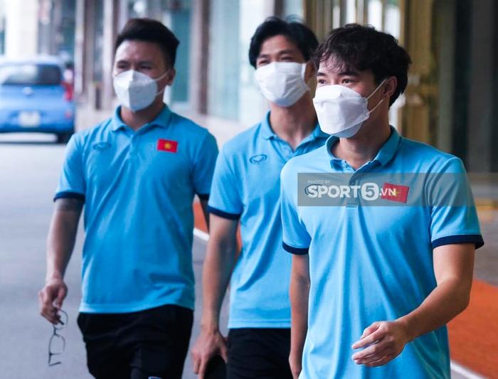 Trước giờ lên đường đấu tuyển Trung Quốc: Đội tuyển lên sân bay test nhanh Covid-19 - Ảnh 2.