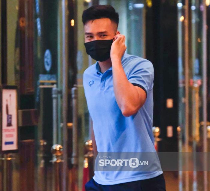 Tuyển Việt Nam lên đường đấu tuyển Trung Quốc: Cầu thủ vận chuyển hành lý ra xe để đem lên sân bay - Ảnh 2.