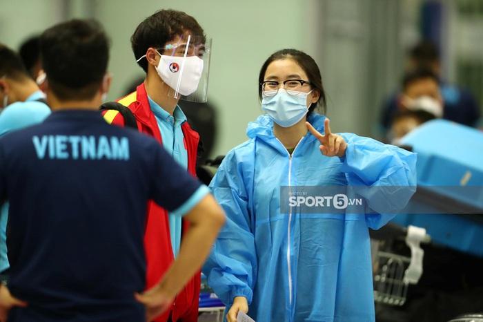 Tuyển Việt Nam lên đường đấu tuyển Trung Quốc: Fan nữ tươi tắn  - Ảnh 5.