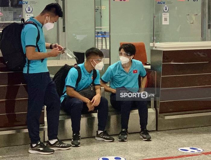 Tuyển Việt Nam lên đường đấu tuyển Trung Quốc: Đội tuyển lên xe khởi hành đến sân bay Nội Bài - Ảnh 3.