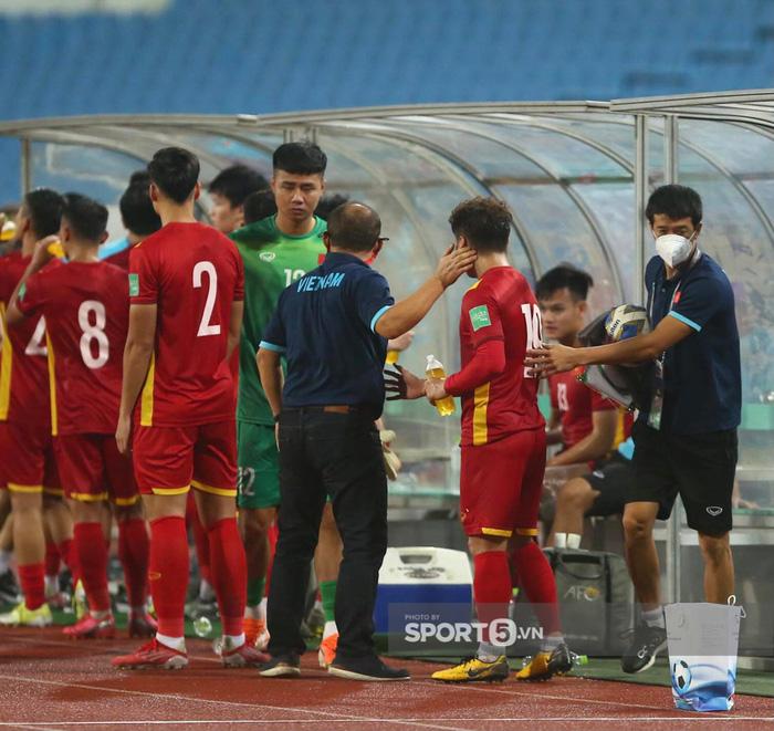 Quế Ngọc Hải xoa đầu động viên Đức Chinh sau trận thua Australia  - Ảnh 3.