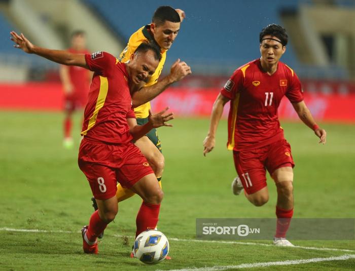 Trọng Hoàng chỉ mất 8 giây để chạy từ đầu sân đến cuối sân đón đường chuyền của Quang Hải trận Việt Nam gặp Australia  - Ảnh 5.