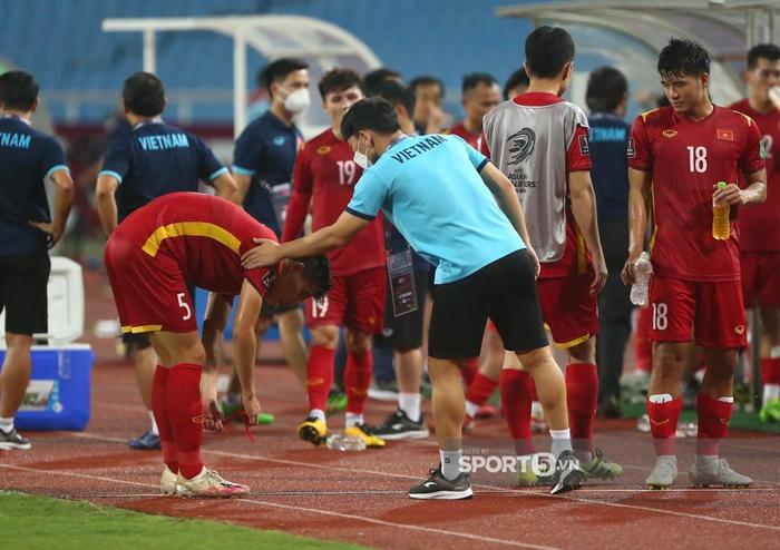 Quế Ngọc Hải xoa đầu động viên Đức Chinh sau trận thua Australia  - Ảnh 4.