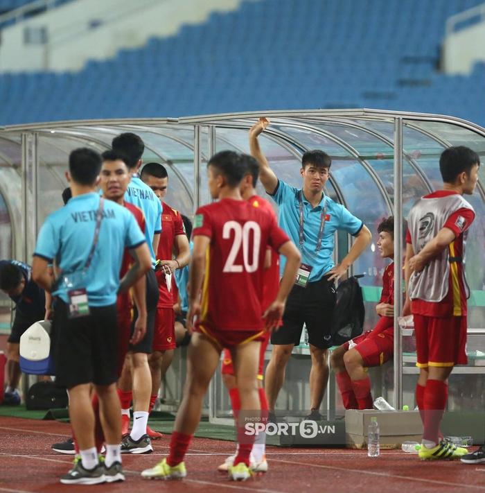 Quế Ngọc Hải xoa đầu động viên Đức Chinh sau trận thua Australia  - Ảnh 6.
