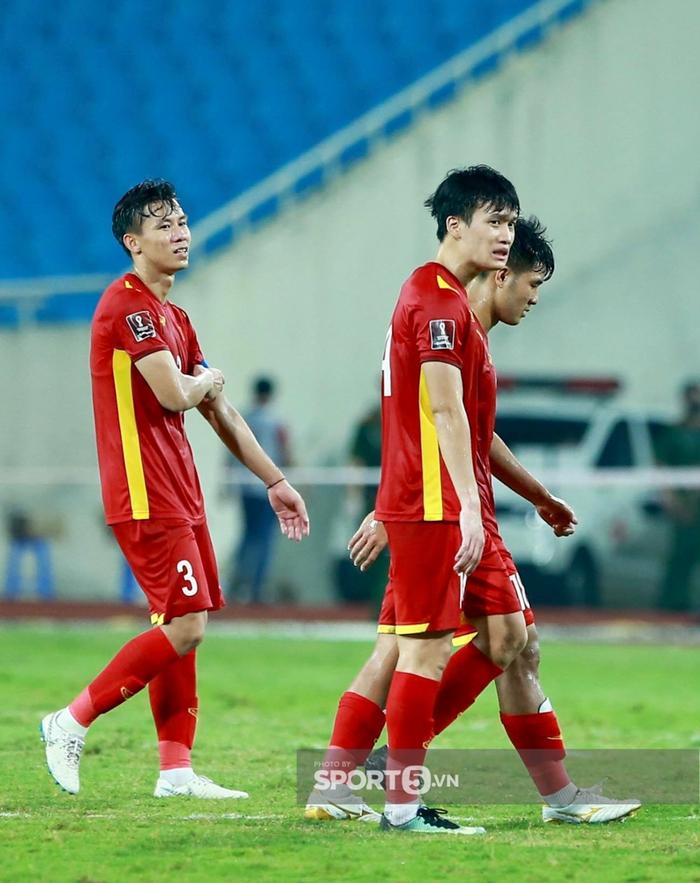 Quế Ngọc Hải xoa đầu động viên Đức Chinh sau trận thua Australia  - Ảnh 7.