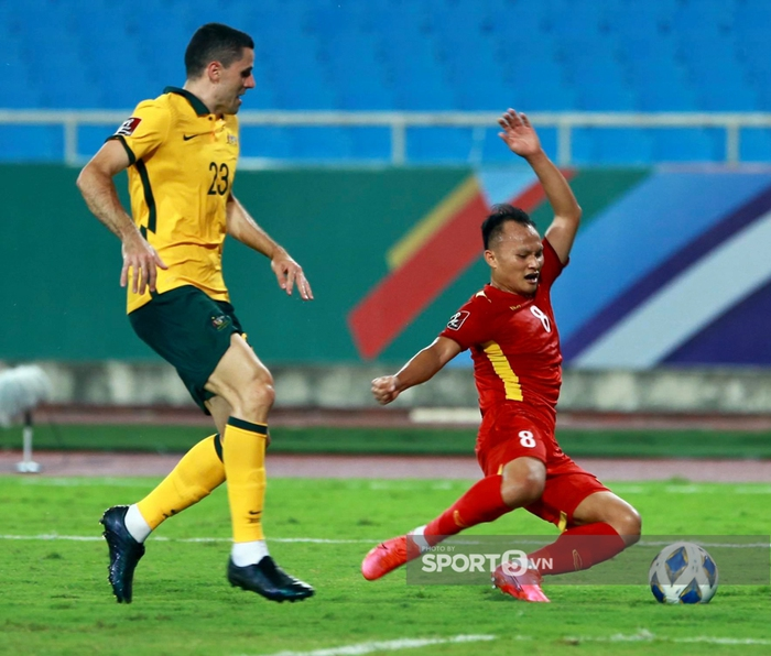 Trọng Hoàng chỉ mất 8 giây để chạy từ đầu sân đến cuối sân đón đường chuyền của Quang Hải trận Việt Nam gặp Australia  - Ảnh 3.