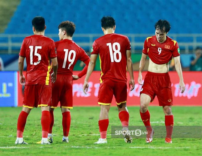 Quế Ngọc Hải xoa đầu động viên Đức Chinh sau trận thua Australia  - Ảnh 8.