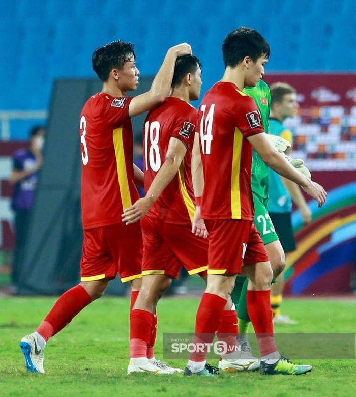 Quế Ngọc Hải xoa đầu động viên Đức Chinh sau trận thua Australia  - Ảnh 2.