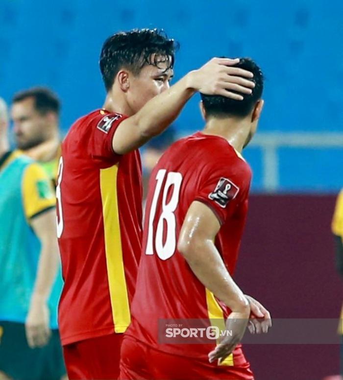 Quế Ngọc Hải xoa đầu động viên Đức Chinh sau trận thua Australia  - Ảnh 1.
