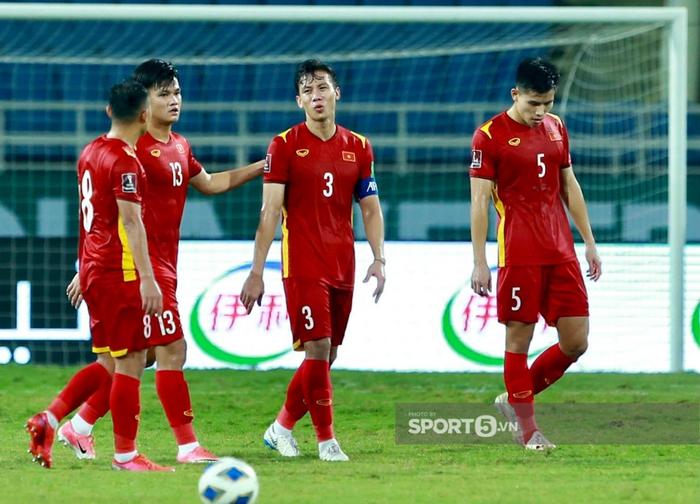 Quế Ngọc Hải xoa đầu động viên Đức Chinh sau trận thua Australia  - Ảnh 9.
