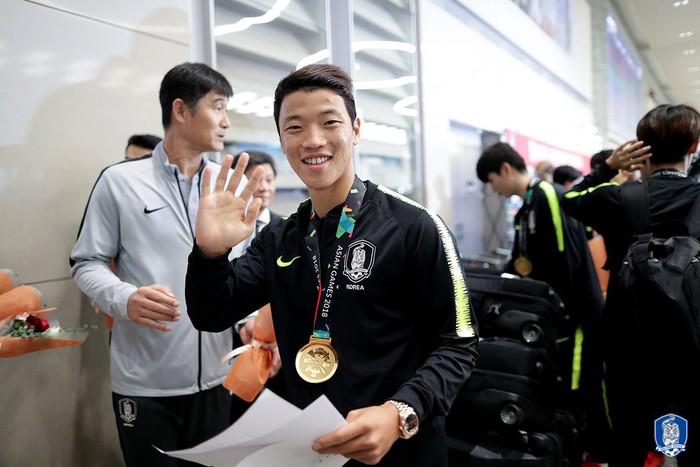 Không còn bị ném trứng thối, đội tuyển Olympic Hàn Quốc được chào đón như những người hùng ngày trở về - Ảnh 4.