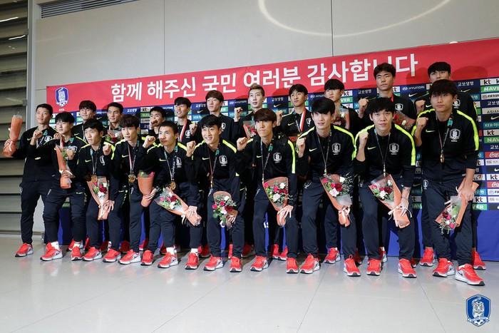 Không còn bị ném trứng thối, đội tuyển Olympic Hàn Quốc được chào đón như những người hùng ngày trở về - Ảnh 8.