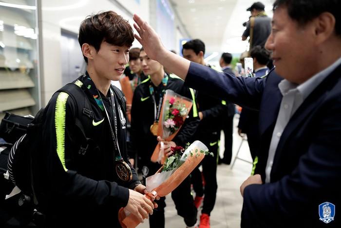 Không còn bị ném trứng thối, đội tuyển Olympic Hàn Quốc được chào đón như những người hùng ngày trở về - Ảnh 5.