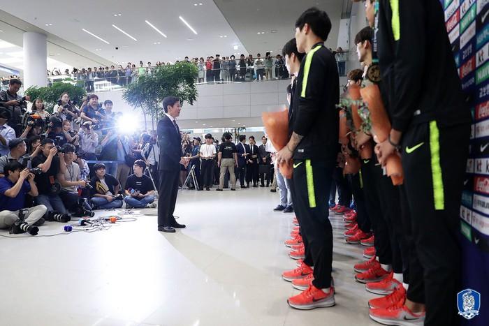 Không còn bị ném trứng thối, đội tuyển Olympic Hàn Quốc được chào đón như những người hùng ngày trở về - Ảnh 9.