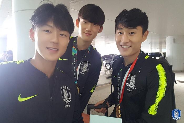 Không còn bị ném trứng thối, đội tuyển Olympic Hàn Quốc được chào đón như những người hùng ngày trở về - Ảnh 7.
