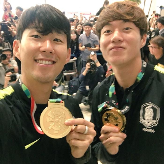Không còn bị ném trứng thối, đội tuyển Olympic Hàn Quốc được chào đón như những người hùng ngày trở về - Ảnh 6.