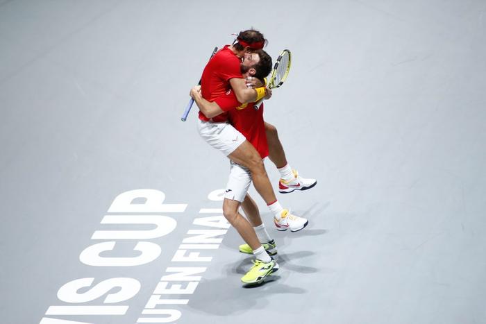 Tứ kết cúp đồng đội danh giá nhất thế giới: Nadal phấn khích ôm chầm bạn đánh cặp, Djokovic đau đớn dừng bước - Ảnh 4.