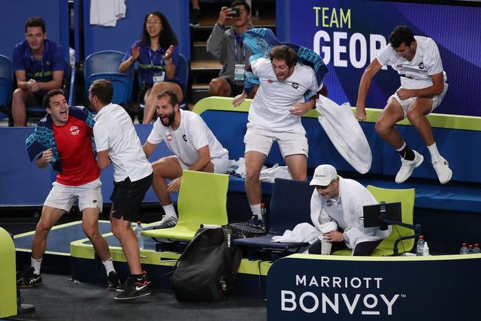 Trò hề tại ATP Cup: Bị cảnh cáo vì chơi thiếu nỗ lực, tay vợt giận dỗi bỏ cuộc và màn tấu hài khó đỡ sau đó - Ảnh 8.