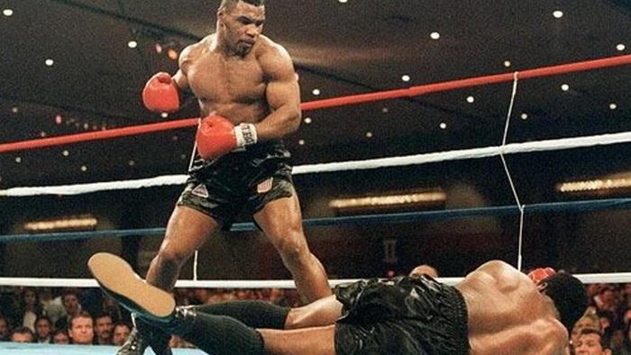 """Mike Tyson """"lỡ tay"""" đấm bay răng của bạn tập - Ảnh 1."""