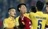Cầu thủ U22 Việt Nam bị kẹp cổ vì đòi đánh trọng tài và cái kết suýt bị CĐV quá khích ở sân Thiên Trường tấn công