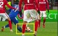 Cầu thủ Leicester bị đạp thẳng vào ống đồng rùng rợn, đối phương chỉ nhận thẻ vàng