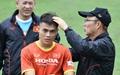 Tân binh tuyển Việt Nam bị thầy Park vỗ đầu, bỡ ngỡ với sự tỉ mỉ của các HLV