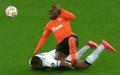Ngã xuống sân, cầu thủ Inter Milan vô tình khiến chân đối phương bẻ ngoặt ghê rợn, phải rời sân bằng xe cáng
