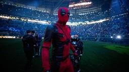 Cầu thủ người Nga chơi trội khi hóa trang thành Deadpool để lên nhận huy chương vô địch