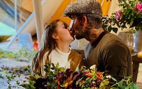 David Beckham thản nhiên hôn môi con gái út Harper, khiến dân mạng tranh cãi dữ dội
