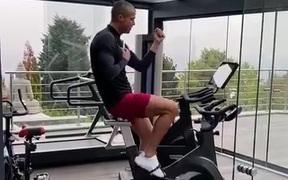 Ronaldo lại khiến giới mộ điệu xôn xao: Đăng clip khoe cạo trọc đầu, hút 6,6 triệu lượt thả tim chỉ sau 2 giờ