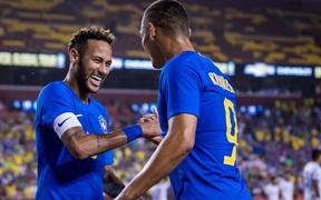 Neymar vô ý khiến đồng đội bị khủng bố tin nhắn