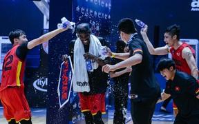 """Khoảnh khắc hài hước: Dàn cầu thủ trẻ Saigon Heat dội nước Joshua Keyes sau màn trình diễn """"quá nóng"""""""