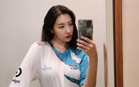 """CKTG 2020: Nữ hoàng sexy Kpop cực phấn khích với màn """"cà khịa"""" G2 của DWG"""