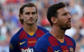 """Griezmann bị CĐV Barca chặn xe và yêu cầu """"tôn trọng"""" Messi"""