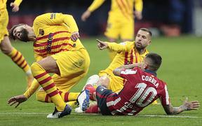 Dính chấn thương nặng sau tình huống va chạm rùng rợn, Pique bật khóc rời sân