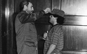 """Diego Maradona mất cùng ngày với lãnh tụ Fidel Castro, người được """"Cậu bé vàng"""" hết mực kính trọng"""