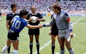 """Thủ môn huyền thoại tuyển Anh không muốn bắt tay với Maradona, chờ lời xin lỗi của """"Cậu bé vàng"""" suốt 34 năm"""