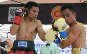 Thua đau trong ngày tái xuất, tay đấm vô danh Thái Lan hết cửa phá kỷ lục bất bại của Floyd Mayweather