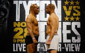 """Mike Tyson xuất hiện """"thon gọn"""" hơn cả thời trai trẻ, sẵn sàng cho trận đại chiến cùng Roy Jones"""