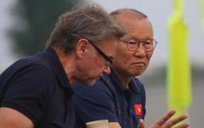 FIFA lùi lịch hai giải World Cup trẻ, HLV Troussier và Park Hang-seo bối rối
