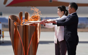 Đuốc Olympic 2020 lặng lẽ đến Nhật Bản giữa những hoài nghi và lo ngại vì dịch Covid-19