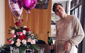 Cổ vũ vợ ra mắt một bộ sưu tập thời trang, sao bóng đá khiến fan sốc nặng khi mặc váy, tạo dáng cực sexy bên bàn ăn
