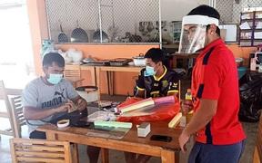 Vừa hết hạn cách ly, đội bóng Thai League tri ân các bác sĩ bằng món quà handmade đầy hữu ích và ý nghĩa