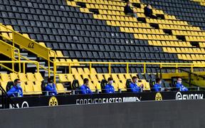 Hàng ghế dự bị cực lạ trong ngày bóng đá trở lại với nước Đức, fan cảm thán: Đúng là câu chuyện chỉ có tại mùa Covid-19