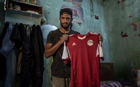 Cầu thủ Ai Cập sống ở khu ổ chuột, phải đi bán hàng rong, làm phụ hồ kiếm tiền sống qua ngày