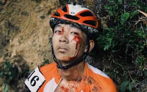 Xót xa tai nạn khi đổ đèo đua xe đạp: VĐV Việt Nam mặt rớm máu thất thần, nhà báo 69 tuổi bị thương