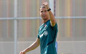 """Ronaldo lại khiến fan trầm trồ với pha dùng chân hất bóng vào rổ ghi """"chục điểm"""", nhưng vẫn không thể tránh đội ngũ anti vào chọc phá"""