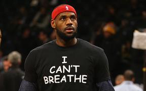 """LeBron James mặc áo """"Tôi không thở được"""" gây bão MXH: Fan đồng loạt hưởng ứng sau vụ phân biệt chủng tộc rúng động nước Mỹ"""