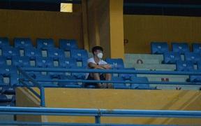 Chạnh lòng hình ảnh Duy Mạnh ngồi cô đơn trên khán đài theo dõi trận Hà Nội gặp CLB Đồng Tháp